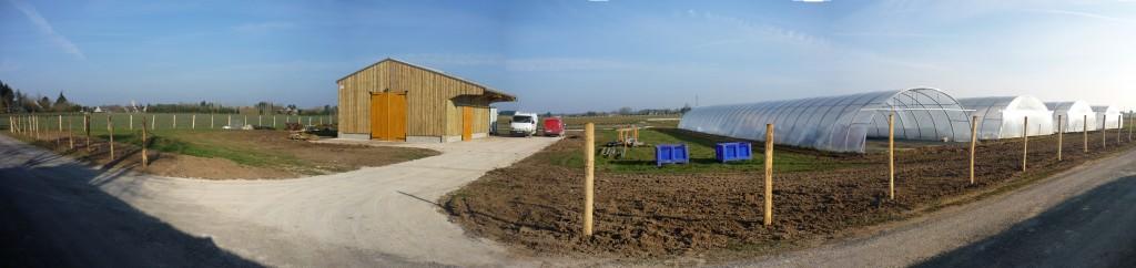 Bâtiment agricole, chemin et clôture !